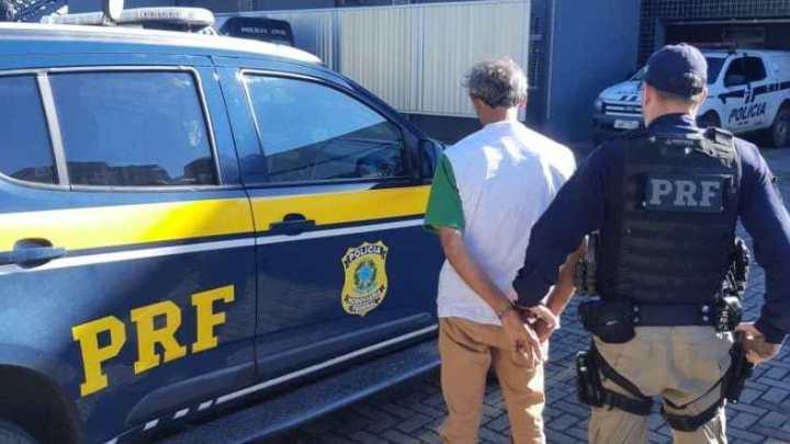 PRF prende passageiro de ônibus com mandado de prisão em Caxias do Sul