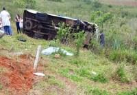 Micro-ônibus tomba no interior de São Paulo deixando dois feridos