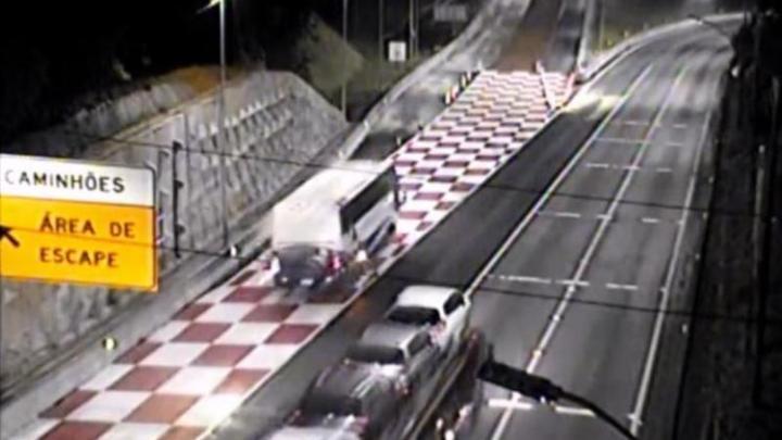 PR: Ônibus de turismo sem freio usa área de escape na BR-376 em Guaratuba