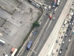 Ônibus acaba tombando na Avenida Brasil na Zona Norte do Rio nesta segunda-feira