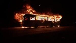 PE: Ônibus urbano pega fogo na rodovia PE-15 na Grande Recife na noite desta segunda-feira