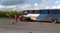 MG: Acidente entre carro e ônibus deixa cinco mortos na BR-262 em Campos Altos
