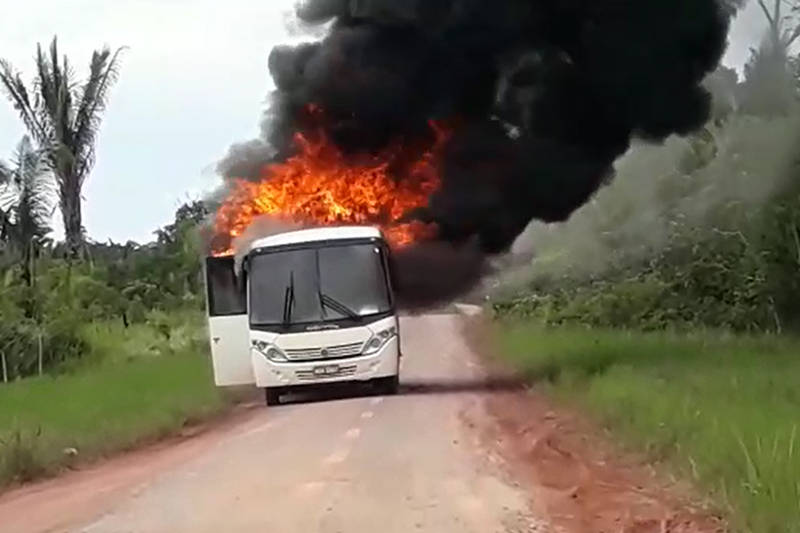Amazonas: micro-ônibus escolar pega fogo nesta terça-feira 19