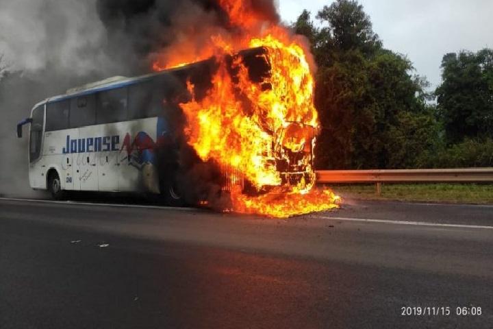 SP: Ônibus da Viação jauense pega fogo na Rodovia Marechal Rondon em Lençóis Paulista