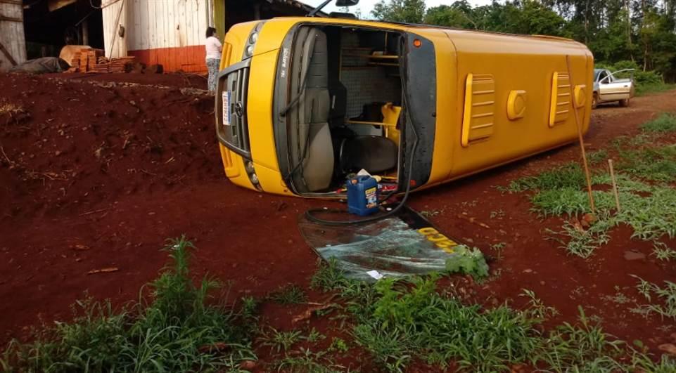 Micro-ônibus escolar tomba em Cascavel