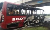 SP: micro-ônibus pega fogo na rodovia Raposo Tavares