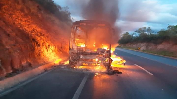 MG: Ônibus da Saritur pega fogo na BR-365