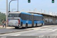 Passageiro embarca com moto dentro de ônibus do BRT Rio