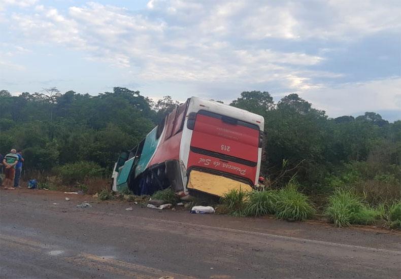 Ônibus da Princesa do Sul capota com 36 passageiros a bordo na BR-135 no Sul do Piauí