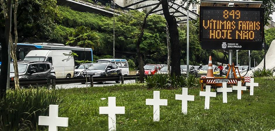 Prefeitura de São Paulo espalha cruzes na avenida 23 de maio em ação de conscientização do Movimento pela Vida Segura no Trânsito