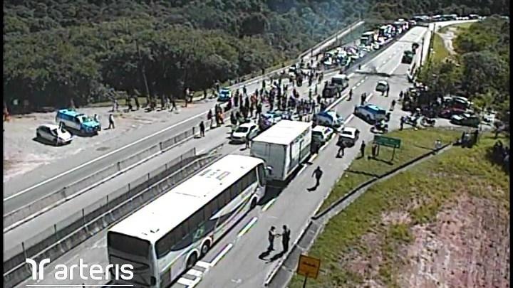 RJ: Moradores fecham a BR-101 em protesto na cidade de Casimiro de Abreu