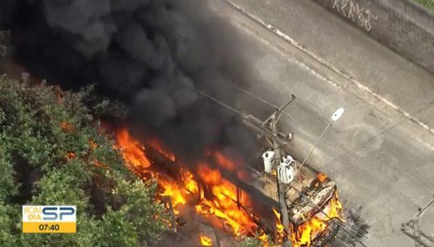 SP: Ônibus pega fogo na manhã desta sexta em Guarulhos