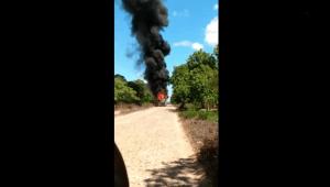 Micro-ônibus escolar pega fogo na BR-116 no interior do Ceará