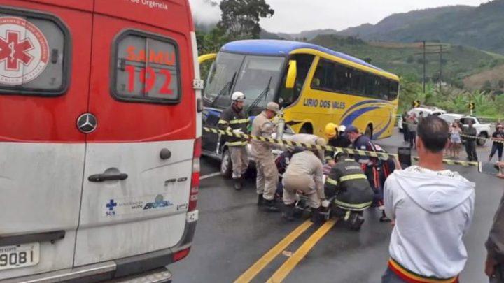 ES: Acidente entre carro e ônibus da Lirio dos Vales deixa 2 feridos em Fundão