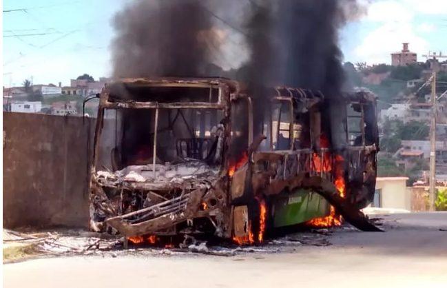 MG: ônibus urbano é incendiado em Esmeraldas na Grande BH