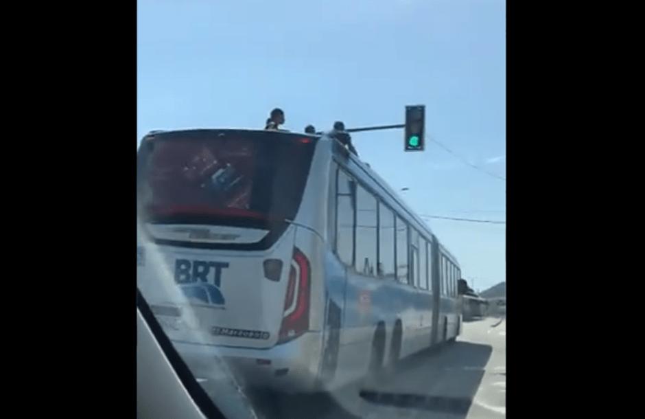 Surf em ônibus do BRT Rio chama atenção. Não há fiscalização?