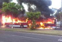 Ônibus articulado pega fogo na Zona Sul de Porto Alegre nesta segunda-feira 23
