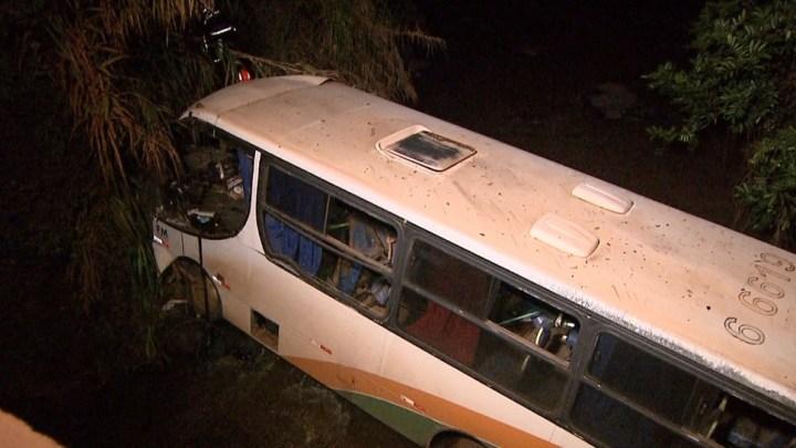 Micro-ônibus tomba em rodovia no interior de São Paulo deixando 2 mortos e 5 feridos