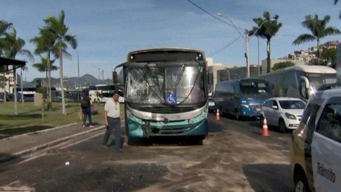 Acidente com ônibus deixa duas pessoas feridas em Vitória