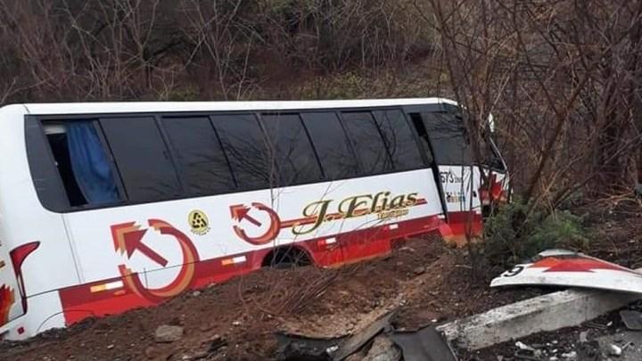 Acidente entre carro e micro-ônibus deixa um ferido na CE-362 em Sobral
