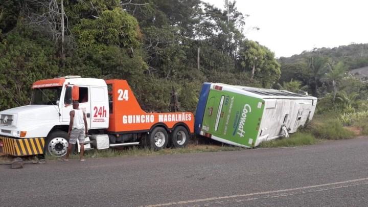 BA: Ônibus de turismo tomba na estrada BA-001 entre  Ilhéus e Itacaré
