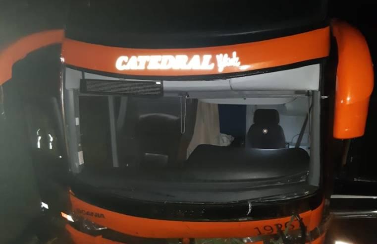 GO: Ônibus da Catedral Turismo sai da pista na BR-153 com 40 passageiros a bordo