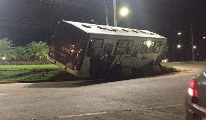 Ônibus quase tomba durante acidente em rotatória de Manaus
