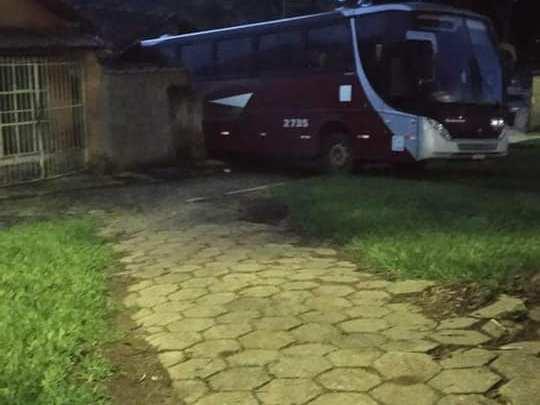 MG: Ônibus da Expresso Gardenia invade casa em Santana da Vargem