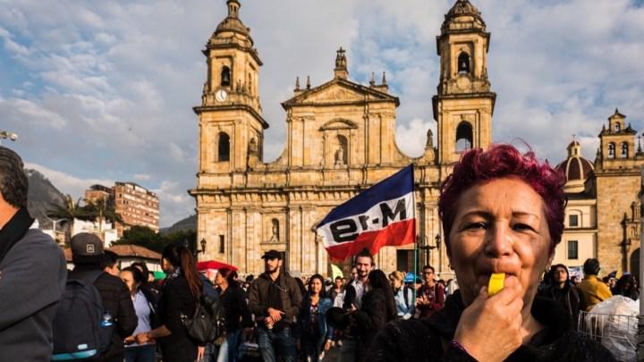 Bogotá vive mais um dia de protestos e ônibus são vandalizados