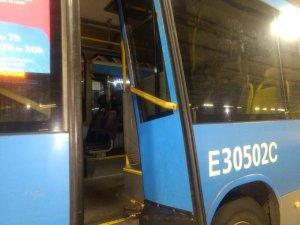 Rio: Vandalismo retira quatro ônibus articulados do BRT Rio no corredor Transoeste. Superlotação chama atenção