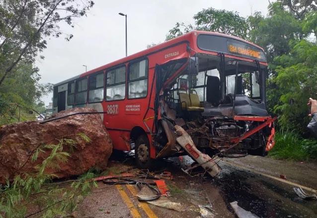 Deslizamento de pedras atinge ônibus na Grande BH, deixando 5 feridos