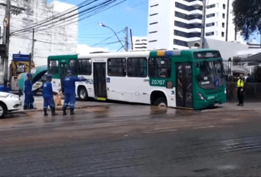 Ônibus cai em buraco aberto em via no bairro da Graça, em Salvador