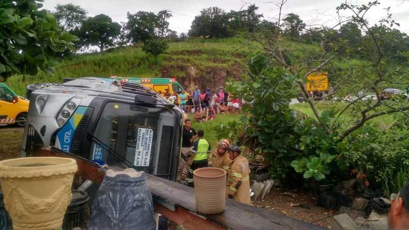 RJ: Ônibus da Rio Ita tomba na BR-101 deixando um morto e 23 feridos em Rio Bonito