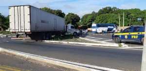 PI: Carreta colide com ônibus na BR-343 em Piripiri