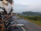 PR: Acidente entre caminhões e ônibus deixa um morto e dois feridos na BR-373 em Imbituva