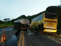 MG: Acidente entre carreta e ônibus da Itapemirim na BR-116 chama atenção