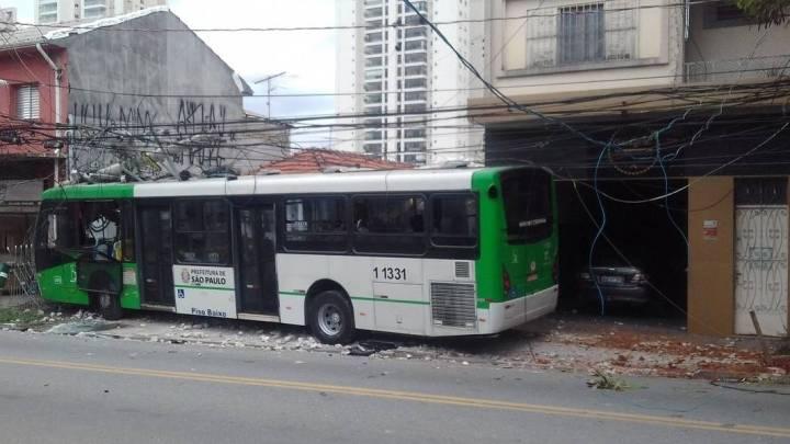 São Paulo: Acidente com ônibus deixa 2 feridos na Vila Leopoldina