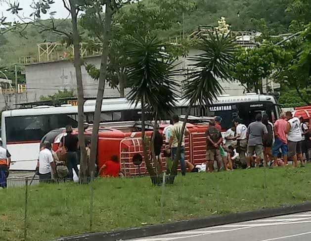 RJ: Acidente entre van e ônibus complica o trânsito no Centro de Niterói na manhã deste domingo