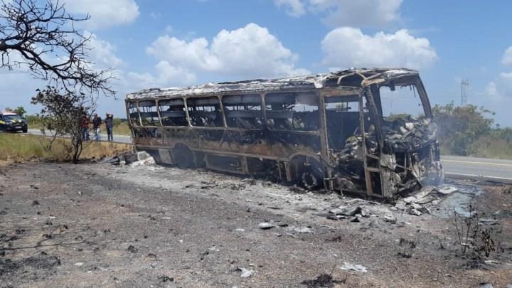Ônibus rodoviário pega fogo na BR-174 em Roraima