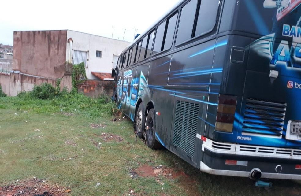 MG: Ônibus rodoviário de banda invade casa em Montes Claros