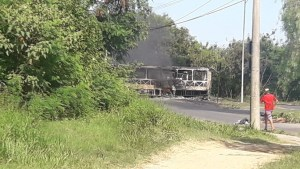 SP: Grupo realiza protesto incendiando ônibus e bloqueando vias em Sorocaba neste domingo