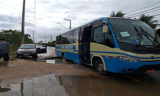 Micro-ônibus da Novo Horizonte fica preso em cratera aberta na Zona Sul de Aracaju
