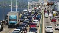 Acidente entre carro e ônibus deixa o trânsito lento na Ponte Rio x Niterói