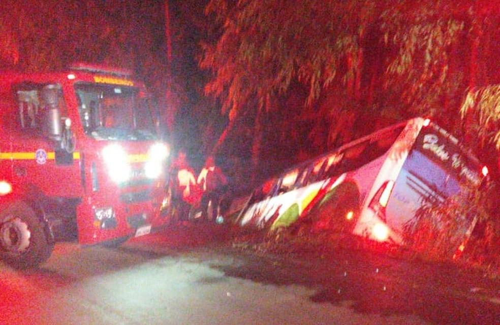 MG: Ônibus rodoviário cai em barranco na MG-170 deixando 11 feridos na cidade de Pimenta
