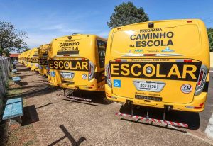 Weintraub entrega 120 ônibus escolares para municípios paulistas