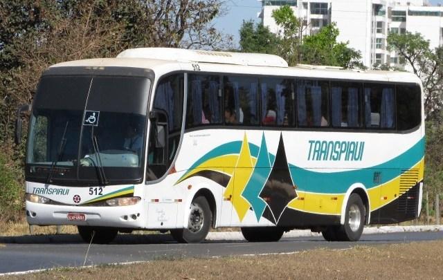 Ônibus da Viação Transpiauí sai da pista na rodovia PI-140 nesta terça-feira