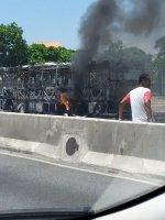 Rio: ônibus pega fogo na manhã deste sábado na Avenida Brasil
