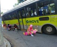 Ônibus do MOVE cai em buraco em BH e vira atração nas redes sociais durante o carnaval