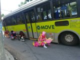 Ônibus do MOVE cai em buraco em BH e vira atração nas redes sociais durante o carnaval