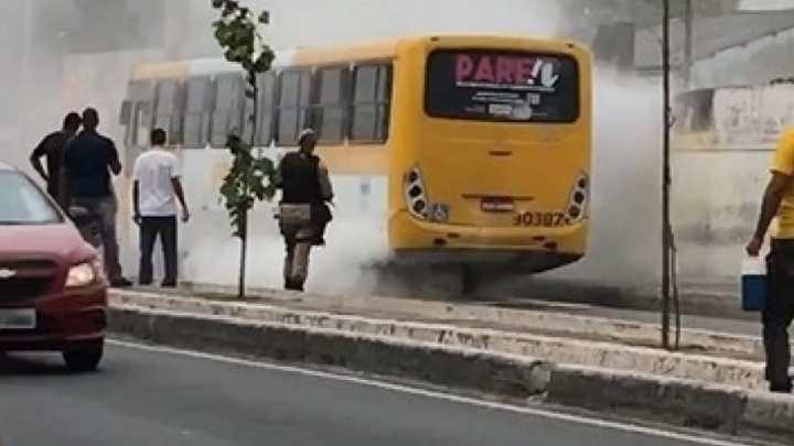 Ônibus pega fogo no Subúrbio de Salvador nesta quinta-feira